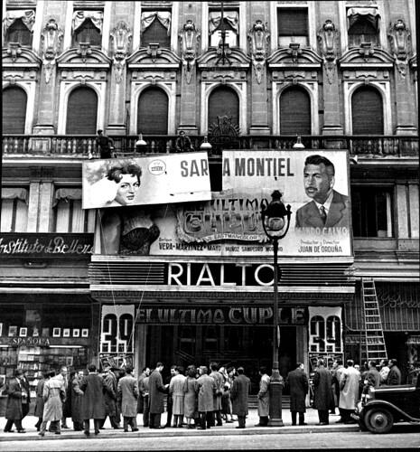 46d. Cine Rialto. Gran Vía, 54. Cartel de El último cuplé, protagonizado por Sara Montiel. 1958