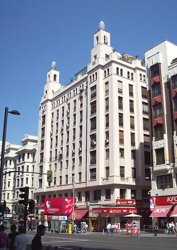 46b. Edificio Rialto, limpio de frontones  en la planta principal y pirámides en la última planta. Gran Vía 54