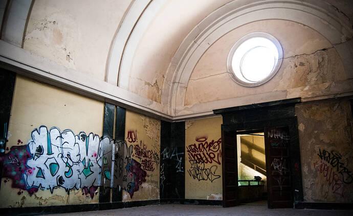 sala-de-exposiciones-del-arco-de-la-victoria-hoy-en-desuso-c-castellon