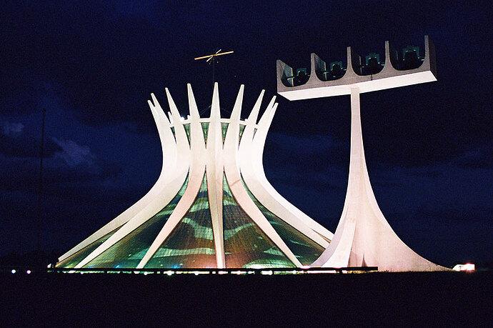 Catedral_metropolitana_de_Brasília_à_noite