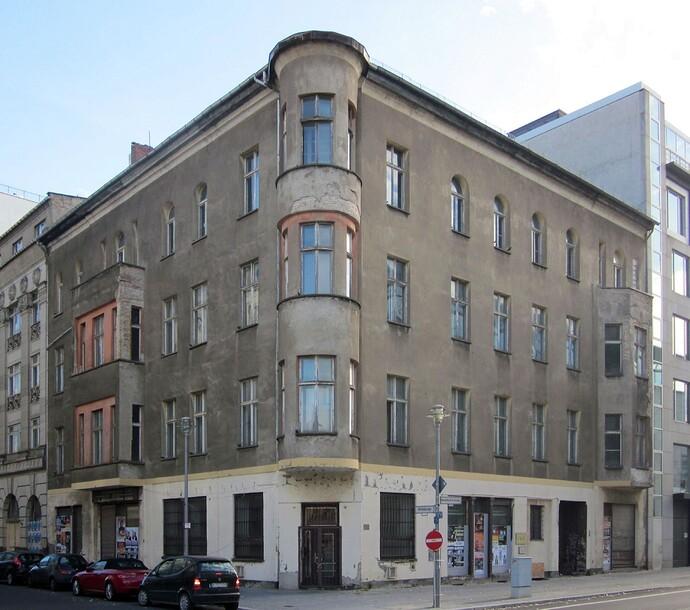 Berlin,_Mitte,_Mittelstrasse_41-42,_Mietshaus