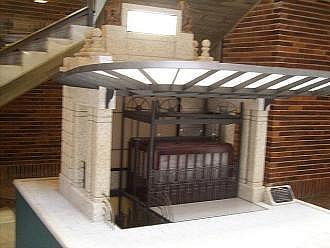 61b. El ascensor del templete original no estaba centrado, sino en un lateral. Caja de madera que podían haberle puesto
