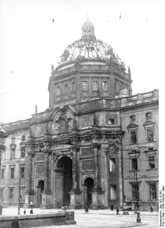 Bundesarchiv_Bild_183-J31381,_Berlin,_Schloss,_Zerstörungen