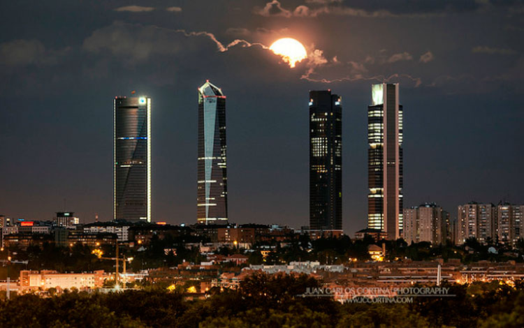 IMG-2-Luna-llena-de-junio-en-las-cuatro-torres-de-Madrid-Juan-Carlos-Cortina